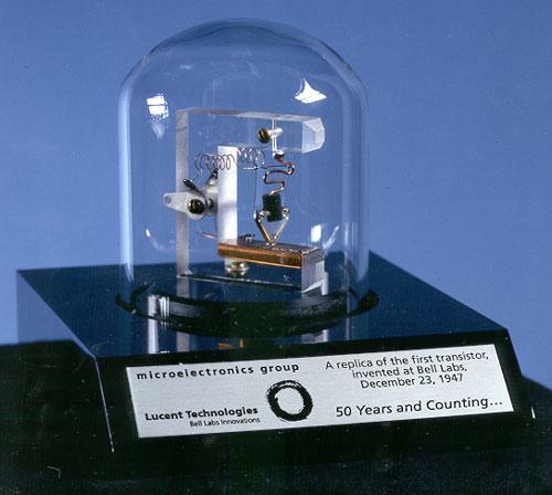 Replica primului tranzistor, inventat de Laboratoarele Bell